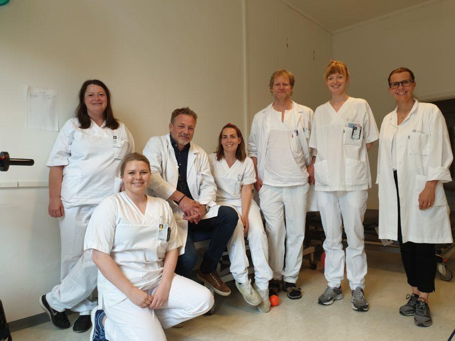 På bildet: Linda Dokk Narvestad (fagsykepleier), Silje Mari Wøien (fysioterapeut), Ida McAdam Lium (ergoterapeut), Håkon Øgreid Moksnes (overlege) og Tale Bjelke Røisgaard (seksjonsleder)
